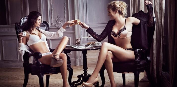 Девушки развлекаются с мужчиной